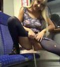 ung pige tisser i toget