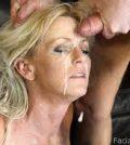 MILF mor får sperm i ansigtet facial